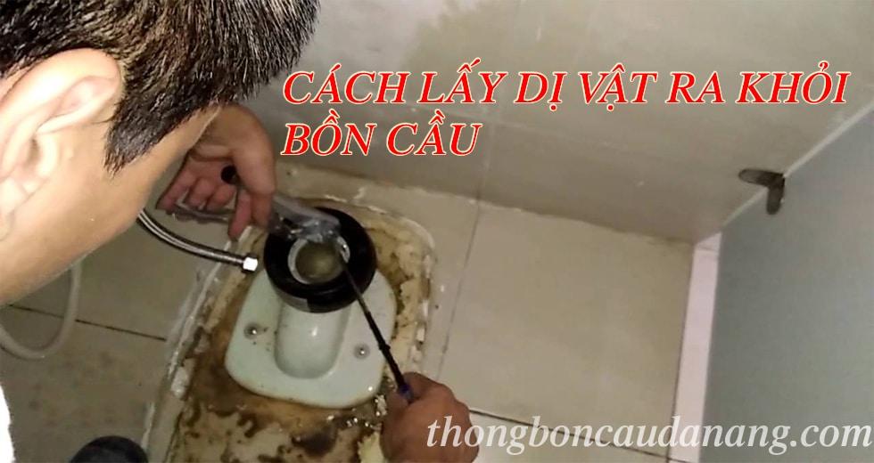 cach-lay-di-vat-ra-khoi-bon-cau
